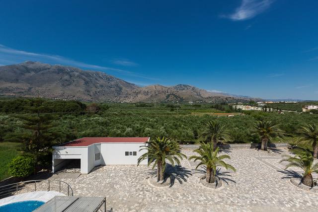 Luxury villa for sale in Crete garage